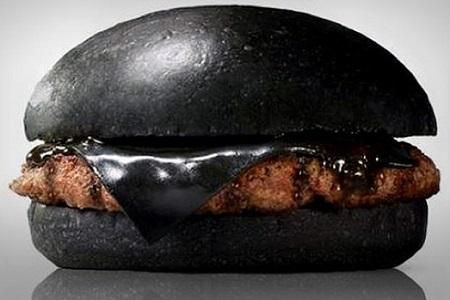 Kuro Diamond black burger från Burger King i Japan, färgad med bläckfiskfärg
