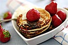 Plättbakelser / pannkakstårta med bär, sylt och grädde - recept