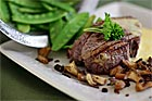 Oxfilé med bearnaise, stekt svamp och råstekt potatis - recept