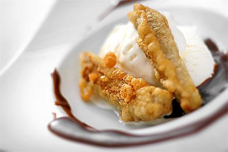 Friterad banan med glass och jappsås