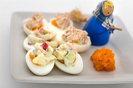 Ägghalvor med het mango- och räkröra (plockmat)