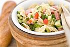 Sallad med pasta, skinka och medvurst - recept