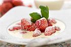 Jordgubbar med vispgrädde och basilika - recept