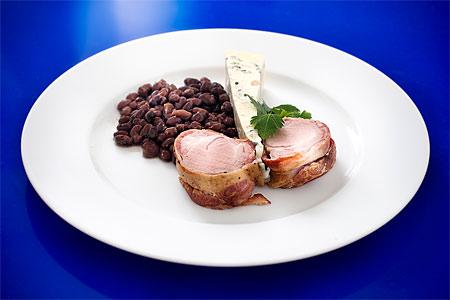 Baconinlindad fläskfilé med svarta bönor och gorgonzola