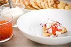 Frasvåfflor med rom, crème fraîche och rödlök (förrätt) - recept