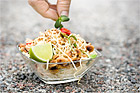Nudelsallad med krabba och jordnötter - recept