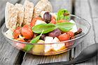 Tomat- och mozzarellasallad med soltorkade tomater och marinerade oliver - recept