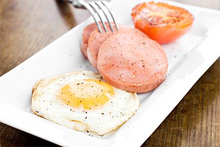 Bräckt falukorv med stekt ägg och tomat