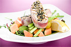 Lätthalstrad färsk tonfisk på avocado- och papayabädd - recept