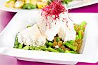 Fårostsallad med minisparris och sultanrussin (lätt måltid) - recept