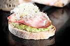 Fräsch avokadosmörgås med tvärnöskinka och alfagroddar - recept
