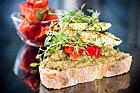 Lantlig surdegssmörgås med linser och grillad kyckling - recept