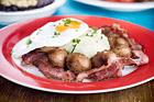 Köttbullar med ägg och bacon till frukost - recept