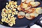 Råstekt fintärnad potatis i panna - recept