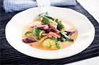 Thaisoppa med råa grönsaker och lax - recept