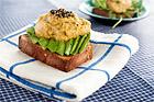 Vegetarisk smörgås med kikärtsröra och avokado - recept