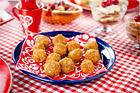 Ostbollar rullade i pepparkaka - recept