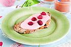 Hallonfärskost på frukostmacka - recept