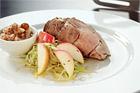Karré på strimlad kål med russin och lök samt äppelchutney ¤ - recept