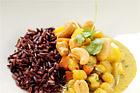 Kikärts- och rotfruktscurry med råris och cashewnötter - recept