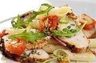 Kyckling med ljummen pastasallad och bakad tomat - recept