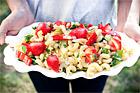 Vårsallad med pasta, kronärtskockor och jordgubbar - recept
