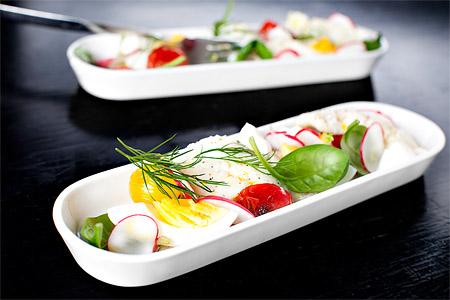 Inlagd fisk med ägg, rädisor och rostad tomat (tapas)