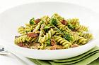 Fusilli med broccolisås, kyckling och bacon - recept