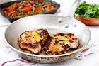 Stekt fläskkotlett med rostade tomater, vitlök och borlottibönor - recept