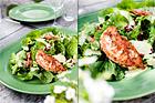 Romansallad med granatäpple, avocado och sesamstekt kyckling - recept