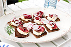 Sotad oxfilé med prästostcreme på grovt bröd (plockmat) - recept