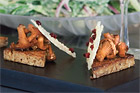 Brynta sommarkantareller med lagrad prästost, torkade lingon och pepparrot - recept