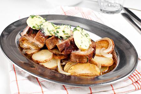 Fläskfilé med vitlökssmör och råstekt potatis