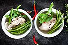 Kycklingsoppa med sparris, mynta och chili - recept