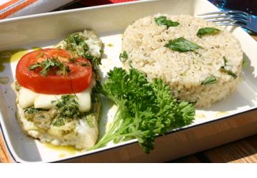 Pesto- och halloumifisk med basilikaris
