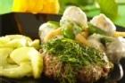 Dillstekta lammfärsbiffar med potatis- och gurksallad - recept