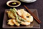 Klassisk tempura - japanska friterade räkor och grönsaker - recept