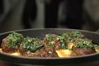 Bräserad griskind med polenta och salsa verde - recept