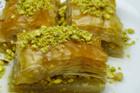 Baklava, osmanskt bakverk av filodeg och nötter i sirapssås - recept